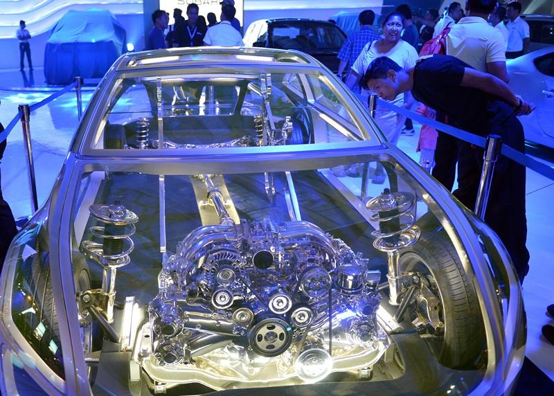 Манила, Филиппины, 4 апреля. Посетитель ежегодного автошоу рассматривает прозрачную модель автомобиля. Фото: TED ALJIBE/AFP/Getty Images