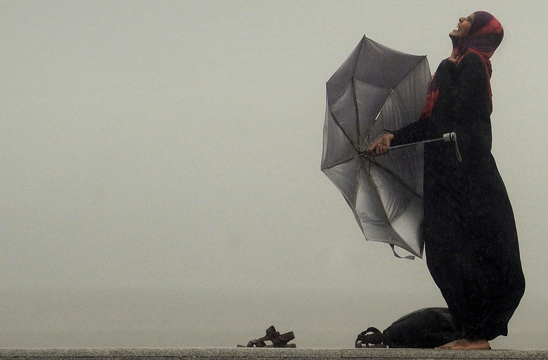 Мумбай, Индия, 3 сентября. Индианка наслаждается тропическим ливнем. Фото: PUNIT PARANJPE/AFP/GettyImages