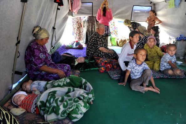 Беженцы из Киргизии пока остаются без еды, воды и крова. Фото: VICTOR DRACHEV/AFP/Getty Images