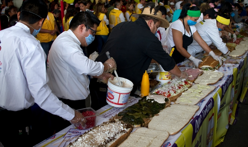 Мехико, Мексика, 1 августа. На кулинарном фестивале повара изготовили 53-метровый сэндвич «торта» весом 700 кг. Фото: Ronaldo Schemidt/AFP/GettyImages