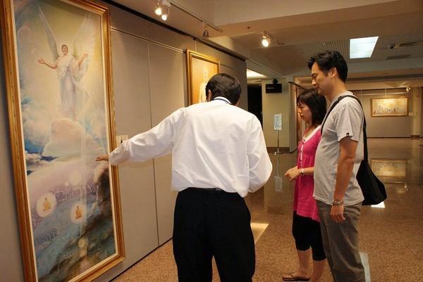 Г-н Ву и его жена слушают объяснение гида