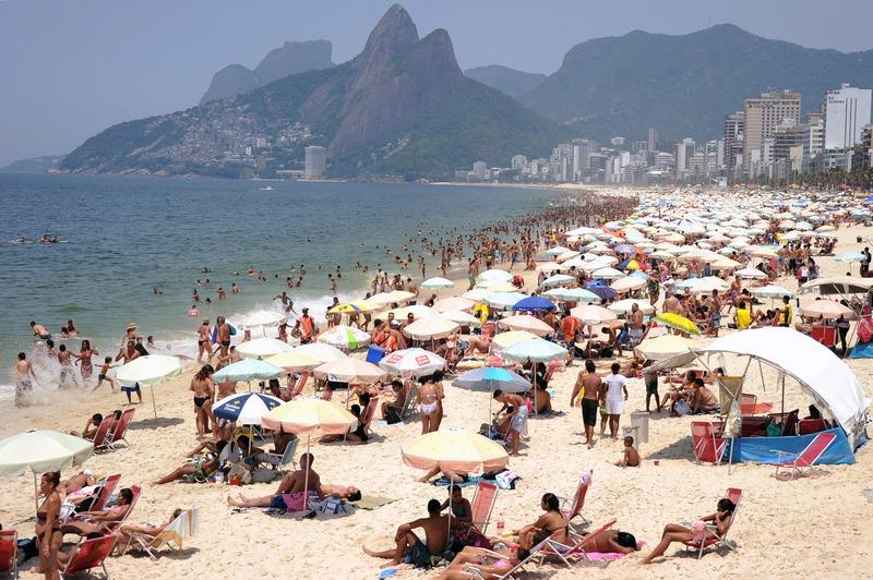 Рио-де-Жанейро, Бразилия, 27 декабря. Пляж Ипанема заполнен отдыхающими. Температура достигла рекордного с 1915 года уровня 43,2 °C. Фото: VANDERLEI ALMEIDA/AFP/Getty Images