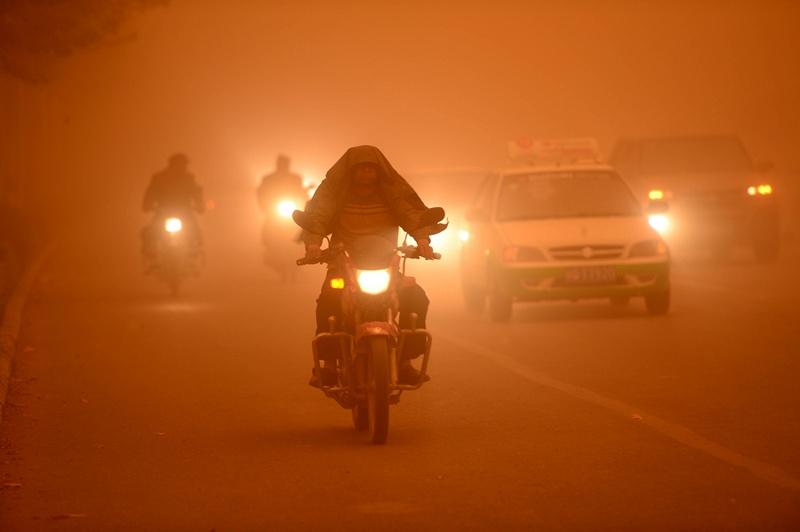 Синцзян-Уйгурский автономный район, Китай, 16 апреля. Северо-запад страны накрыла сильная песчаная буря. Фото: STR/AFP/Getty Images
