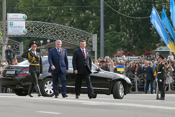 Президент Украины Виктор Янукович и министр обороны Михаил Ежель на параде в честь Дня Победы 9 мая 2010 года в Киеве. Фото: Владимир Бородин/The Epoch Times