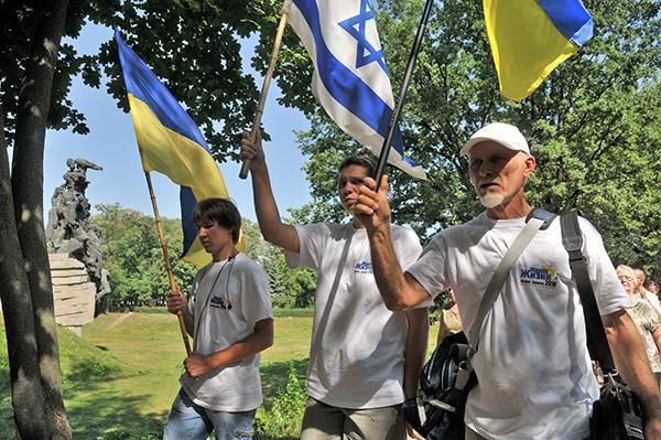 Колонна участников Марша жизни направляется к монументу памяти жертв нацизма в Бабьем Яру в Киеве 5 августа 2010 года. Фото: Владимир Бородин/The Epoch Times