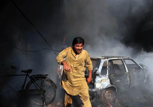 В Пешаваре на северо-западе Пакистана взорвался магазин, продававший разные химикаты. Четыре человека было убито и 12 ранены. Фото: A Majeed/AFP/Getty Images