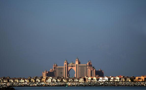 Отель Атлантис построен на искусственном острове Palm Jumeirah у побережья Дубаи. Фото: MARWAN NAAMANI/AFP/Getty Images