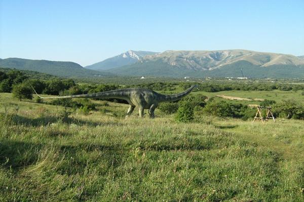 Неподвижный динозавр на фоне Крымских гор.Фото:Павел Хулин/The Epoch Times Украина