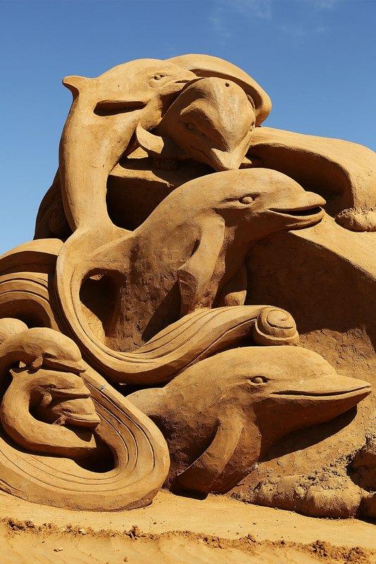 Песчаная скульптура «Танец дельфинов». Автор Мэг Мюррей (Meg Murray). Франкстон, Австралия. Фото: Graham Denholm/Getty Images