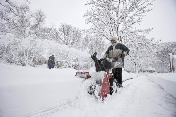 В штате Висконсин снег выпал высотой около 20 см. Ожидается, что выпадет ещё больше снега. США. Фото: Manis/Getty Images