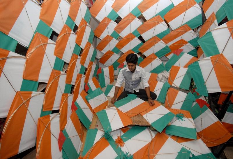 Джодхпур, Индия, 10 августа. Рабочий изготавливает трёхцветные воздушные змеи ко Дню независимости страны. Фото: STRDEL/AFP/GettyImages