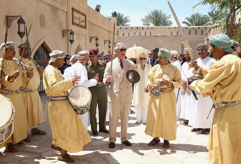Низва, Оман, 18 марта. Принц Чарльз выполняет традиционный танец с мечом во время посещения крепости Низвы. Фото: Chris Jackson/Getty Images