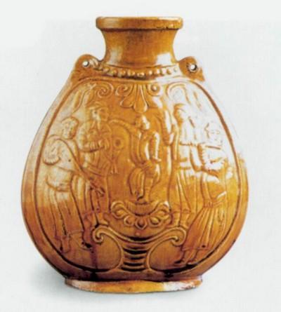 Плоский чайник, покрытый жёлтой эмалью. Высота 20,5 см. Династия Северная Ци. Фото с aboluowang.com