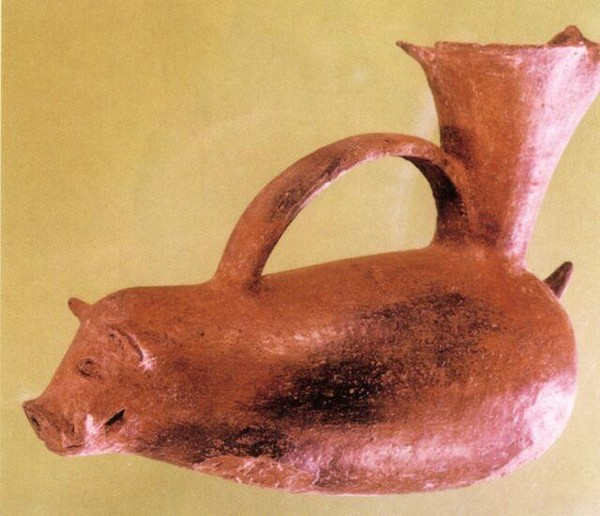 Керамический сосуд в форме свиньи. Длина 21.5 см, высота 18,5 см. Период династий Ся, Шан и Чжоу. Фото с aboluowang.com