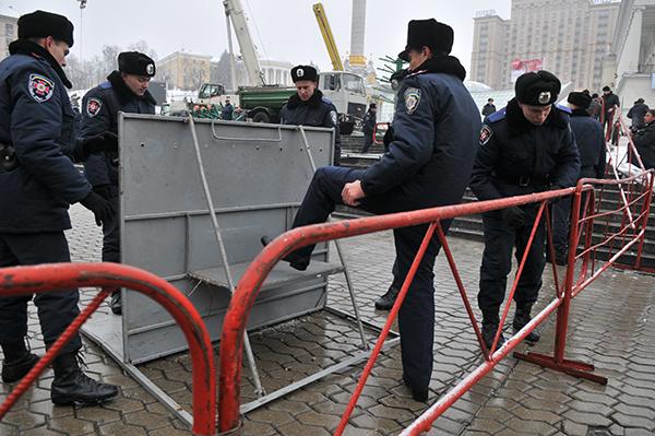 Сотрудники милиции устанавливают металлические щиты вокруг площади Независимости. Фото: Владимир Бородин/The Epoch Times Украина