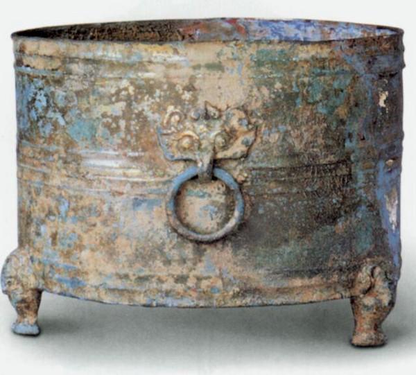Ритуальная чаша из червонного золота. Высота 41 см. Династия Восточная Хань. Фото с aboluowang.com