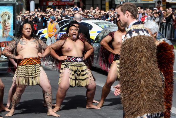 Принц Уильям прибыл в Уэллингтон для открытия Верховного Суда, на фото его традиционно приветствуют маори. 18 января 2010г. Фото: AFP / Getty Images