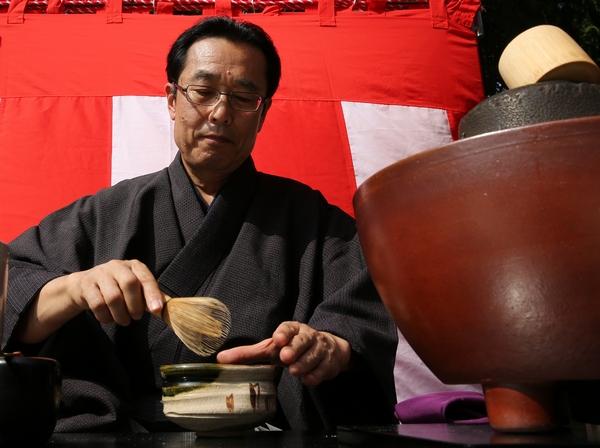 Ещё один символ Японии — зелёный чай. Фото: Buddhika Weerasinghe/Getty Images