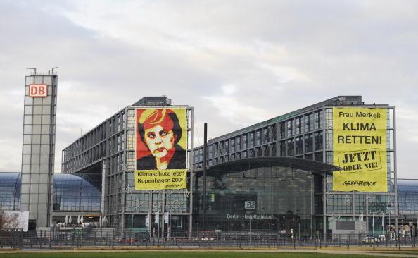 Активисты 'Гринпис' на здании железнодорожного вокзала в Берлине повесили два гигантских плаката, призывая немецкого канцлера Ангелу Меркель спасти климат. 'Госпожа Меркель, сохраните климат сейчас или никогда'- гласит баннер. Фото: MARK NAVALES/AFP/Getty
