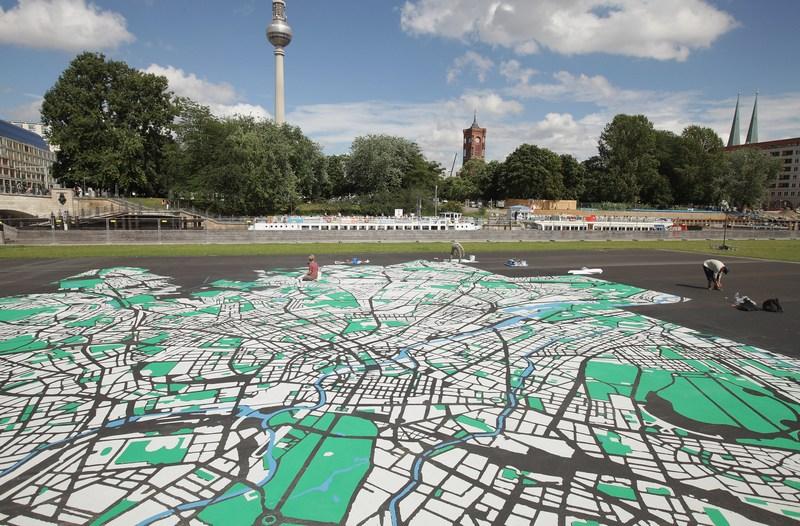 Берлин, Германия, 6 августа. Ландшафтный дизайнер Лиза Ханков нарисовала карту города в масштабе 1:775 и размером 50х50 метров к 775-й годовщине города. Фото: Sean Gallup/Getty Images