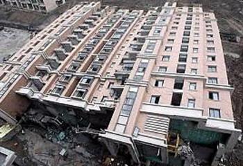 Тринадцатиэтажное здание рухнуло как детский конструктор. Шанхай. 27 июня 2009 год. Фото с epochtimes.com