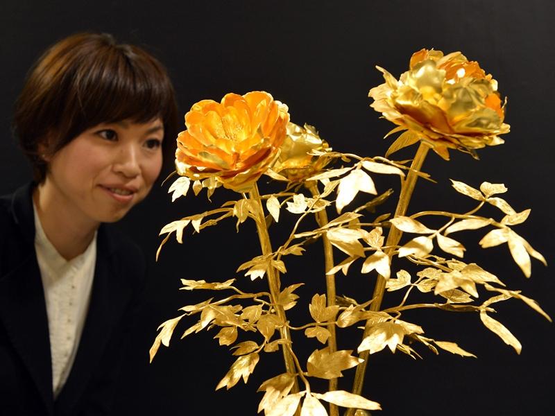 Токио, Япония, 3 апреля. Один из экспонатов выставки «Золото Японии» — цветок из чистого золота стоимостью $1,7 млн. Фото: YOSHIKAZU TSUNO/AFP/Getty Images