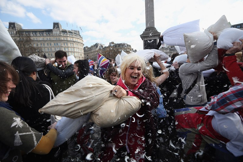 Лондон, Англия, 6 апреля. Несколько сотен горожан отметили на Трафальгарской площади «Всемирный день подушечных боёв». Фото: Oli Scarff/Getty Images