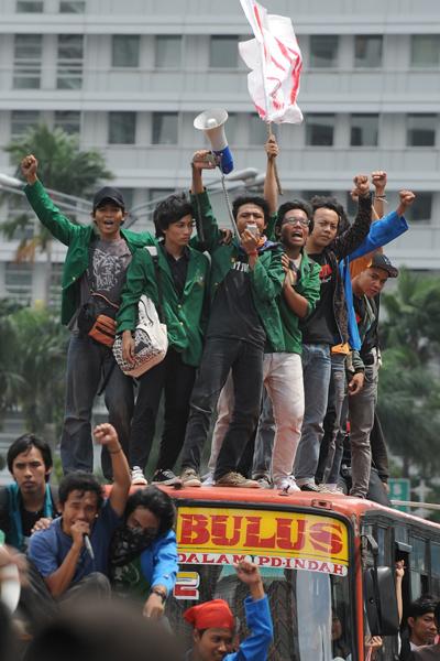 Борцы против коррупции едут на автобусе на митинг к Парламенту в Джакарте, Индонезия. Они призывают расследовать оказанную правительством финансовую помощь разорившемуся кредитору «Bank Century». Фото: ROMEO GACAD/AFP/Getty Images