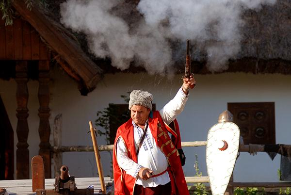 Казак стреляет из пистолета на международном рыцарском турнире «Сабля Казака Мамая» в Киеве 9 июля 2010 года. Фото: Владимир Бородин/The Epoch Times