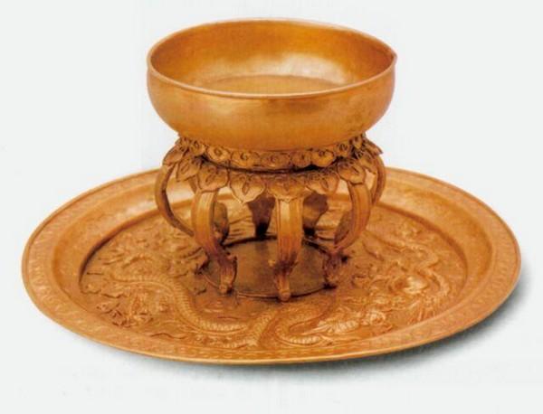 Разнос и чаша из золота. Династия Мин. Фото с aboluowang.com