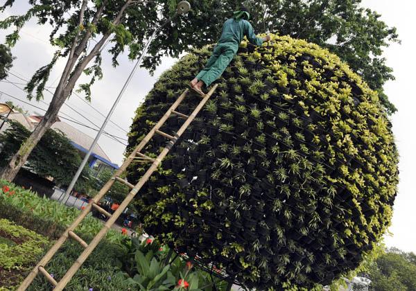 Садовник приводит в порядок дерево похожее на Землю. Джакарта, Индонезия. Фото: ROMEO GACAD/AFP/Getty Images