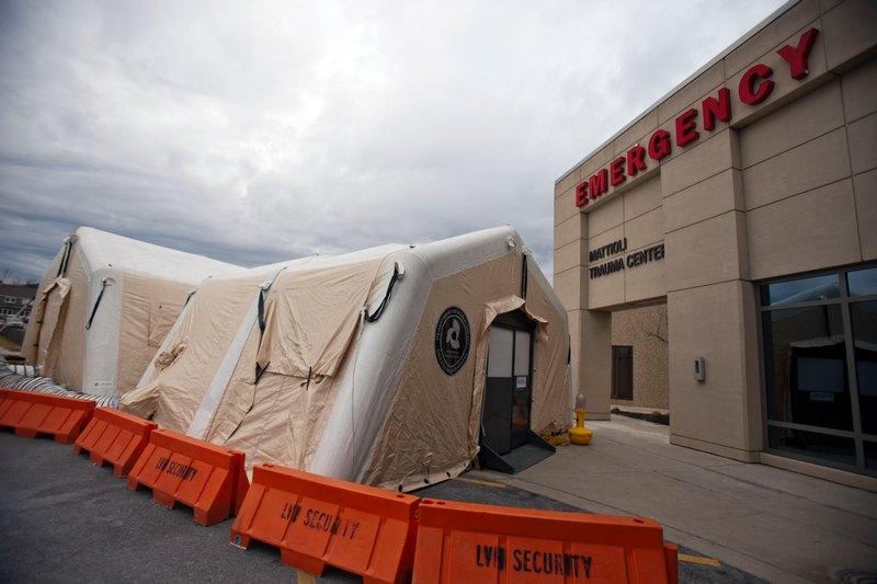Аллентаун, США, 11 января. Передвижные палатки для приёма посетителей установлены возле главного корпуса больницы. В 41 штате страны свирепствует грипп. Фото: Jessica Kourkounis/Getty Images