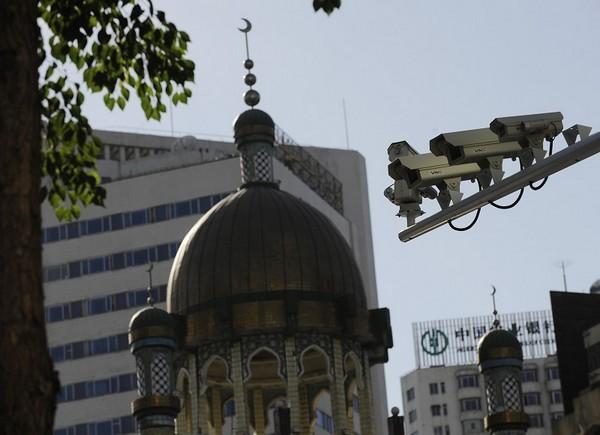 В городе Урумчи установлено более 40 тысяч камер видеонаблюдения. Фото: AFP
