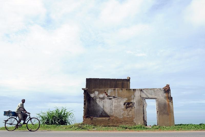 Юг Шри-Ланка, 26 декабря. Страна вспоминает жертв мощного цунами, случившегося в 2004 году. На фото — всё, что осталось от деревни Пералия на юге острова. Фото: LAKRUWAN WANNIARACHCHI/AFP/Getty Images