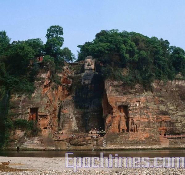 Статуя Будды Милэ у подножия священных гор Эмэй. Фото: The Epoch Times