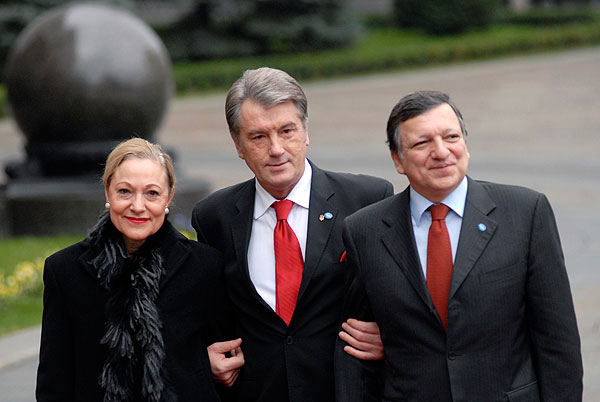 Слева направо: комиссар ЕС по внешним связям и внешней политике соседства Бенита Ферреро-Вальднер, Президент Украины Виктор Ющенко и президент Еврокомиссии Жозе Мануэль Баррозу во время встречи возле здания Секретариата Президента Украины 4 декабря 2009 г