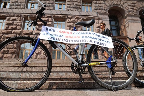Велосипедисты возле здания КГГА требуют начала строительства велодорожек в Киеве, во время акции 'Велонаезд' 7 августа 2010 года. Фото: Владимир Бородин/The Epoch Times