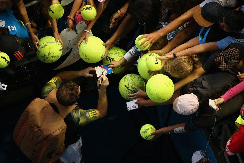 Мельбурн, Австралия, 21 января. Энди Маррей раздаёт автографы после победы над Жилем Симоном на Открытом чемпионате Австралии по теннису. Фото: Lucas Dawson/Getty Images