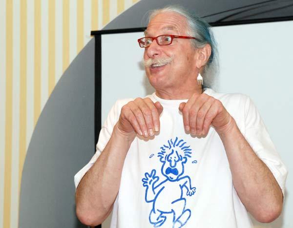 Доктор-клоун Пэтч Адамс проводит свой авторский семинар «Когда жизнь в радость». Фото: Юлия Цигун/The Epoch Times