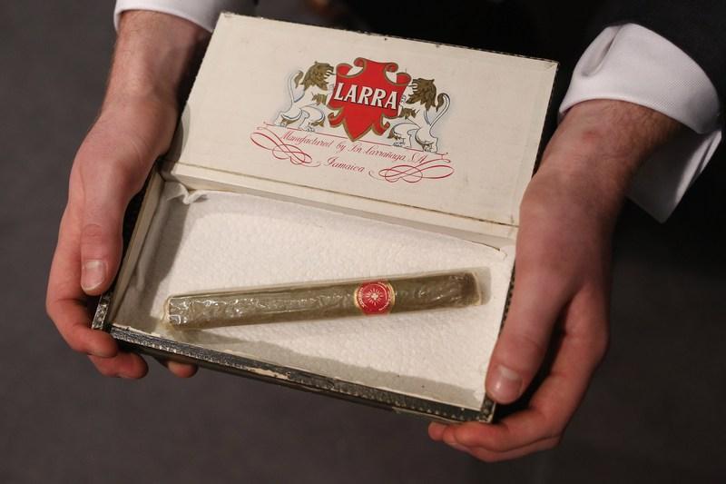 Лондон, Англия, 24 января. Аукционный дом Бонхэм проводит торги под названием «Джентльменский набор». На фото — принадлежавшая Уинстону Черчиллю кубинская сигара (оценочная стоимость $1100). Фото: Oli Scarff/Getty Images