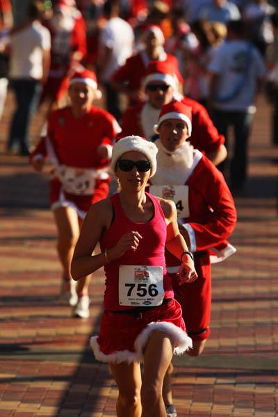 Новозеландские Санта-Клаусы организовали марафон, который явился попыткой превзойти рекорд, установленный австралийскими дедами морозами как самый крупный «бег для забавы». Такого рода марафон проводится по улицам города в благотворительных целях. Окленд,