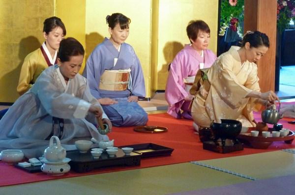 Известно, что Япония славится своими чайными церемониями, сами японцы пьют чай помногу раз в день. Фото: ANTOINE BOUTHIER/AFP/Getty Images