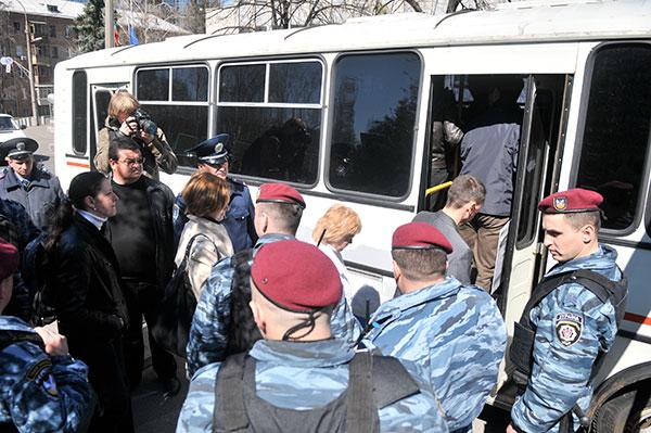 Милиция без законных обоснований запретила акцию, а её участников «Беркут» увозит в отделение. 20 апреля Киев, Украина. Фото: Владимир Бородин/The Epoch Times