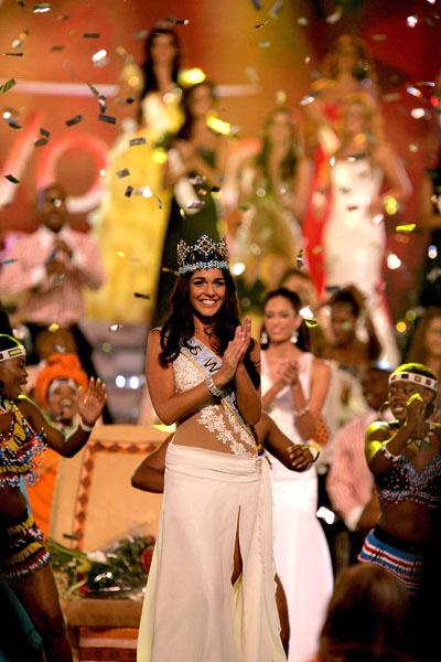На конкурсе красоты «Мисс Мира-2009» прошедший в Йоханнесбурге, победительницей стала представительница Гибралтара Кайэн Алдорино. Южная Африка. Фото: Michelly Rall/Getty Images