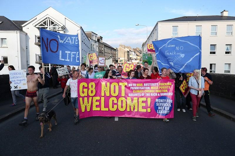 Эннискиллен, Северная Ирландия, 17 июня. Антиглобалисты проводят марш протеста против двухдневного саммита G8. Фото: Peter Macdiarmid/Getty Images