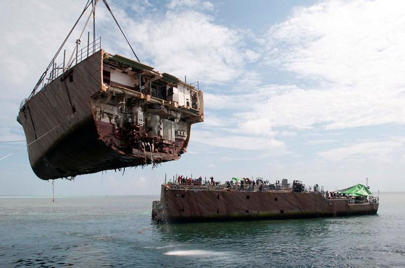 Море Сулу, Филиппины, 26 марта. Кран грузит носовую часть минного тральщика США «MCM 5 Guardian», севшего на мель в районе кораллового рифа Туббатаха. Фото: Mass Communication Specialist 3rd Class Kelby Sanders/U.S. Navy via Getty Images