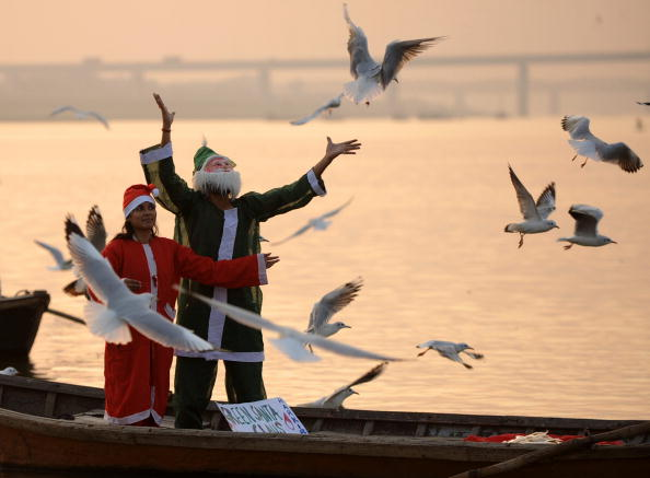 Индийцы, переодетые в костюмы Санта-Клаусов, желают мира всем. Фото: DIPTENDU DUTTA/AFP/Getty Images