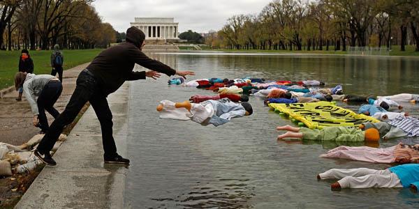 Активисты организации Avaaz надули манекены, на которых написано «Газ CO2 убивает», и побросали их в музейно-парковую зону в центре Вашингтона между Капитолием и мемориалом Линкольна. Они протестуют против погибших около 300 тысяч людей от болезней связан