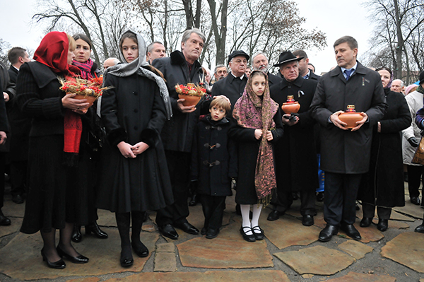 Леонид Кравчук (третий справа) и Виктор Ющенко со своей семьей на мемориальных мероприятиях к Дню памяти жертв Голодомора в Киеве 27 ноября 2010 года. Фото: Владимир Бородин/The Epoch Times Украина