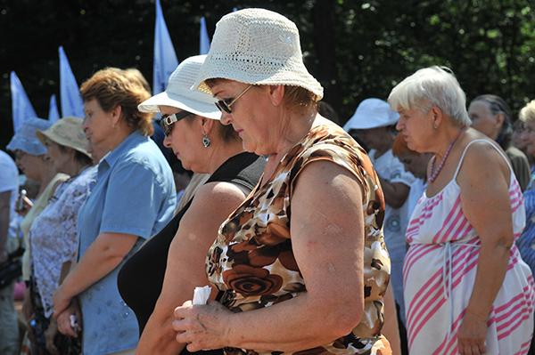 Участники Марша жизни почтили память расстреянных евреев в Бабьем Яре минутой молчания. Фото: Владимир Бородин/The Epoch Times